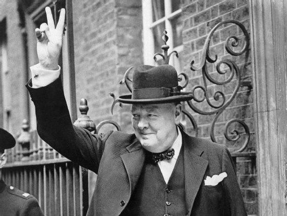 Churchill faisant le signe V