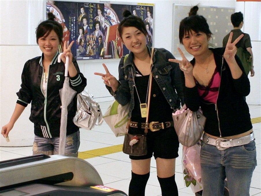Japonaises faisant le signe V